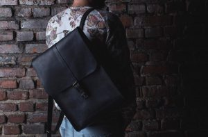20 Black backpack & flowered T-shirt