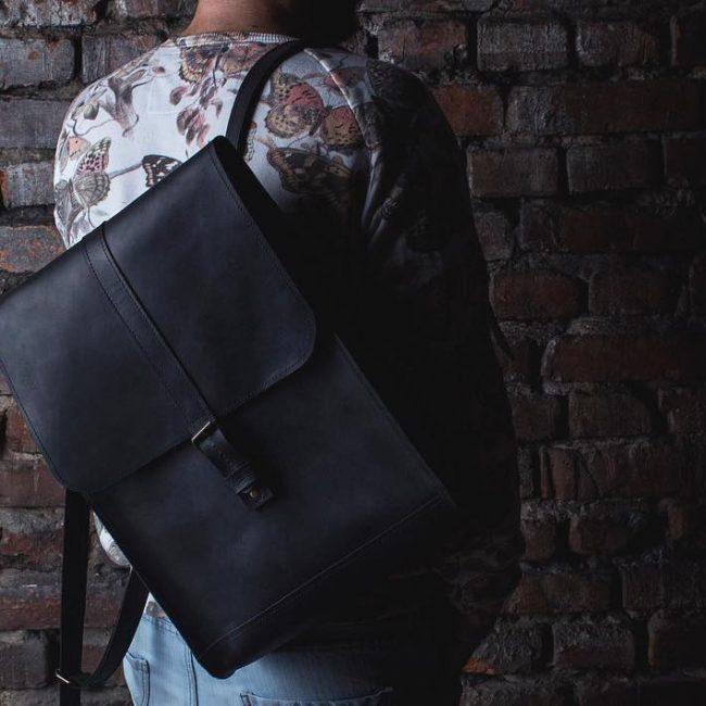 20 Black backpack & flowered T-shirt
