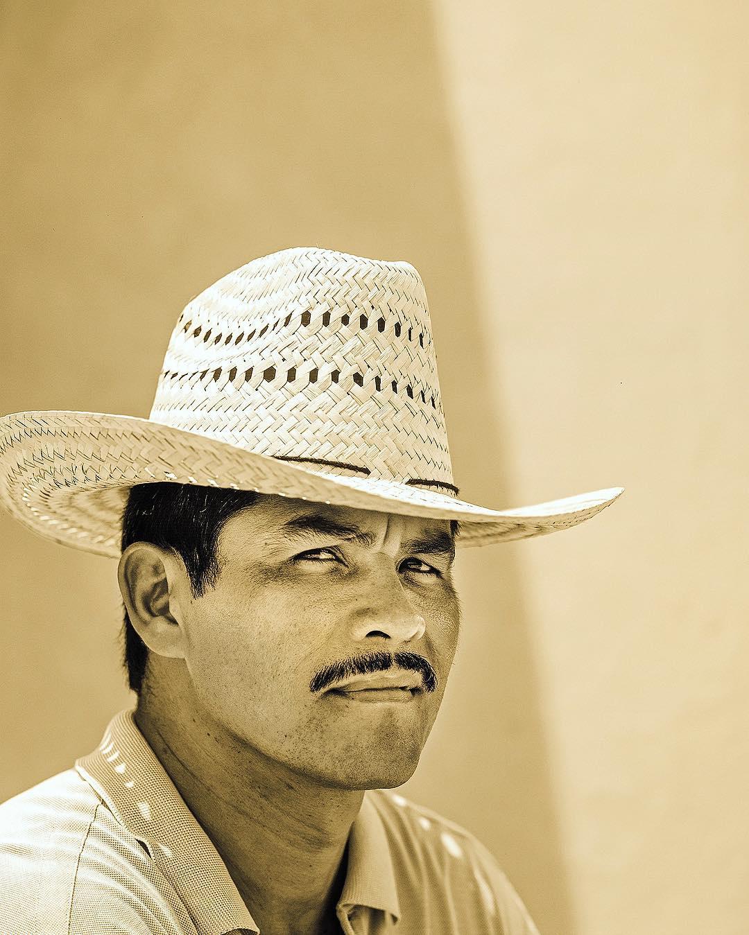 нужно мексиканский актер с усами фото и названия этого