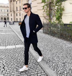41-striped-t-shirt-with-white-sneakers
