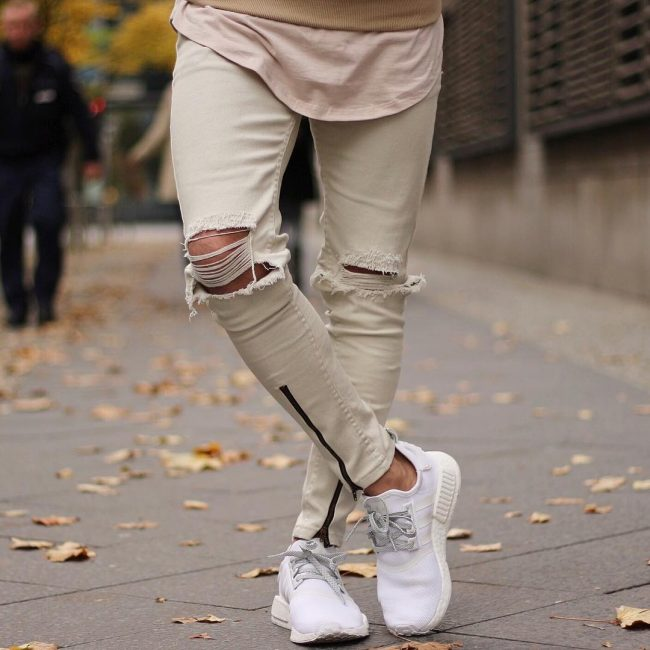37 Light Beige Ripped Jeans With White Sneakers